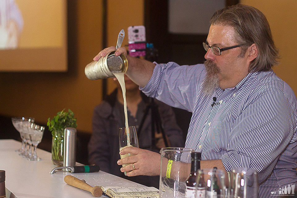 David Wondrich ejecuta un whiskey punch.