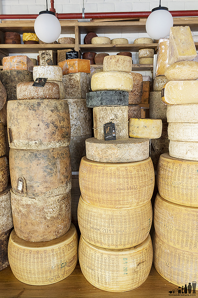 Enormes y espectaculares ruedas de queso capturan la vista al ingresar a Cheese Corner.